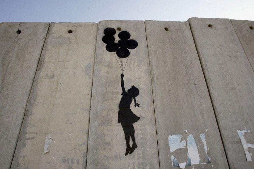 """""""Se alzi un muro, pensa a cosa lasci fuori""""Italo Calvino""""Il Barone rampante"""" @Mondadori ed.15 ottobre 1923 - #19settembre 1985 #CasaLettori #AccadeOggiBanksy, Murales sul muro di separazione fra Israele e la Palestina, 2005  - Ukustom"""