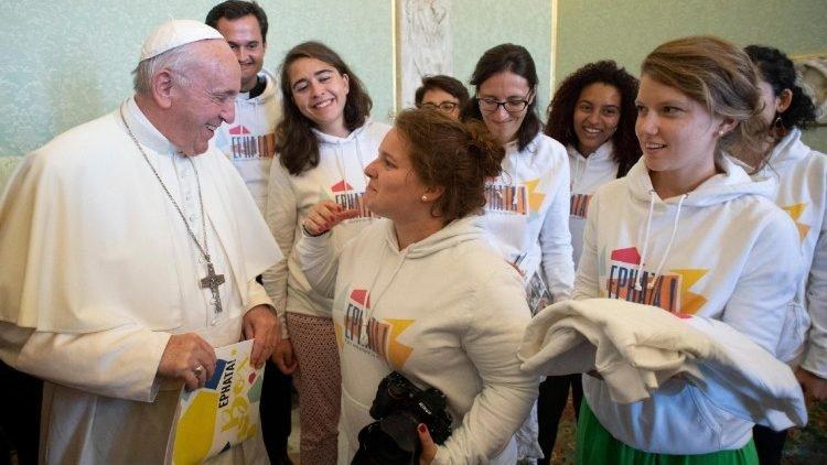 Ieri #PapaFrancesco ha incontrato un gruppo di giovani della @eglisecatho38 e ha parlato a braccio di cose bellissime... oggi non li vedremo sui giornali, non c\