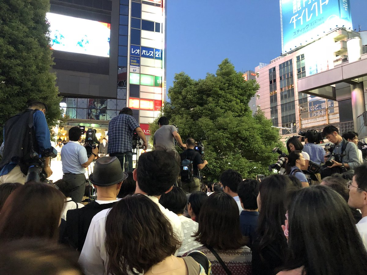 TVではどう報道されるんか知らんけど、渋谷駅前は人多いけど、石破さんの周辺は驚くほど人が少ない。場所を間違えてるのと、ハチ公前の群衆を聴衆と錯覚させるためにここを選んだんだろう。反安倍もこの写真の人ぐらいだ。