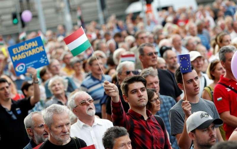 Un millier de #Hongrois défilent contre #OrbanMerci à l'agence #Reuters pour avoir relevé l\
