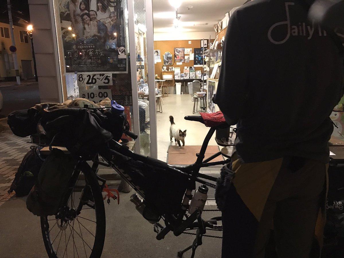 19時の回『万引き家族』上映中。 兵庫県から自転車ではるばる浦河へようこそ🐾 日本一周ライダー #西川昌徳 さんがコーヒーを淹れてくれます🐾  #目指せ100人 #現在7人 #みんな来てね