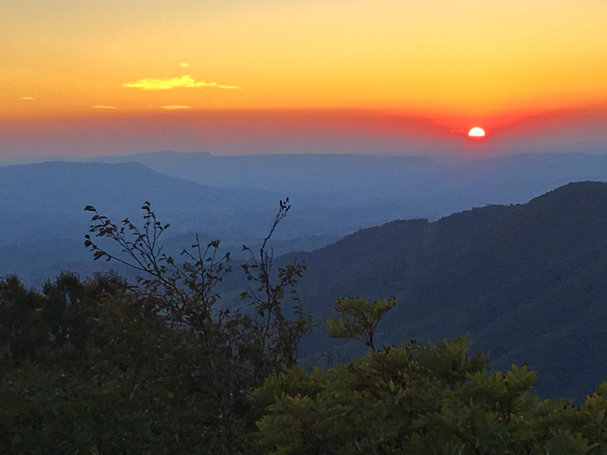 GOOD MORNING! It's a new day but we couldn't resist showing off this beautiful photo of the sun setting in Giles County on Tuesday. Brenda! Thanks for submitting this photo to us!   Remember you can send us your photos at https://t.co/DY8fiNNwu5