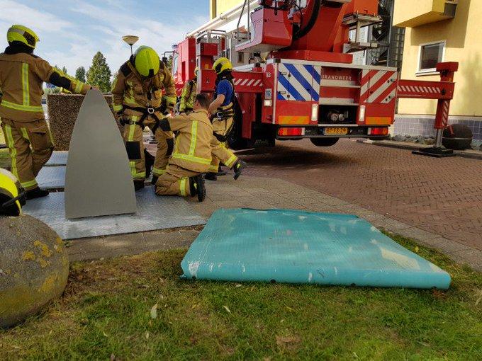 Naaldwijk. Dreesplein. Brandweer in actie. Hoogwerker inzet. Geveldelen naar beneden gekomen. https://t.co/e7GkKBvhce
