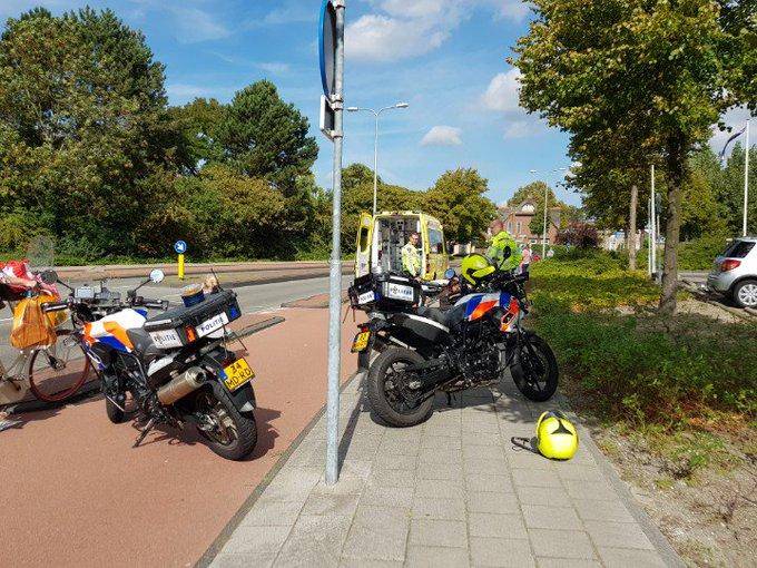 Naaldwijk Aanrijding Fietster/auto aan de Secretaris Verhoeffweg. Vrouw met beenletsel richting ziekenhuis. https://t.co/r42fMexia6