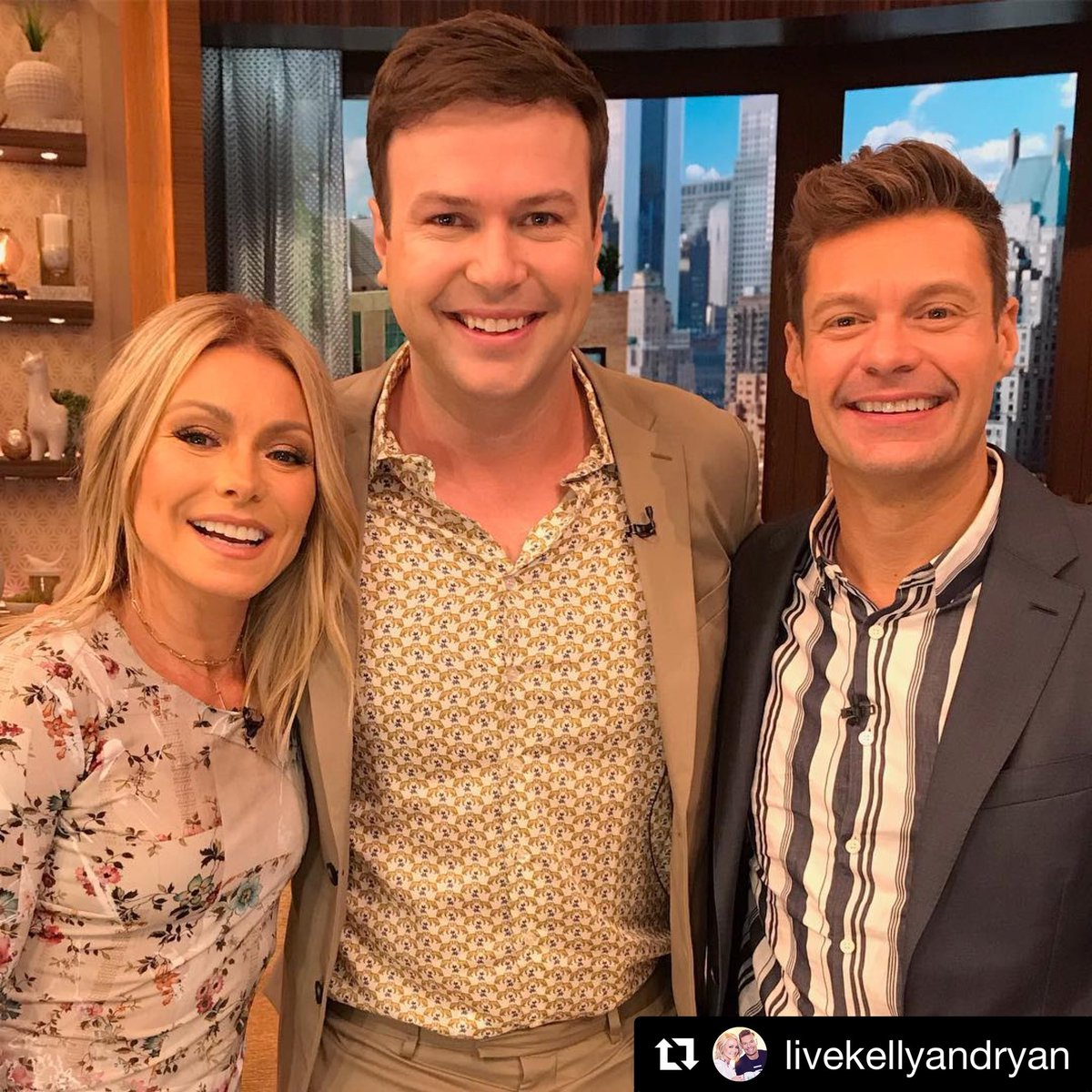Morning West Coast! I'll be on @LiveKellyRyan in about 2 hours! Hear about how I'm bad with boats.