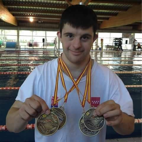 Se llama Carlos Hernández, nadador con Síndrome de Down que ganó CINCO MEDALLAS DE ORO en París. En la prensa no lo diran a ya que no interesa. Que corra la voz, Carlos es el campeón . Felicidades campeón. Felicitaciones Genio!!!