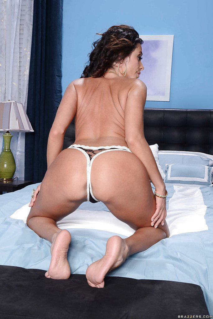 Full Gallery: https://t.co/8LHK5ELFZz Big tit brunette latina wife Ariells undressing and posing on bed... https://t.co/eDaJSwgyF2