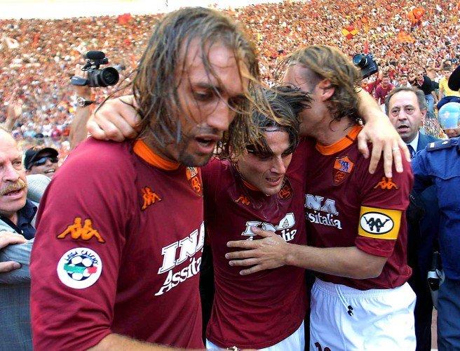 Batistuta, Montella y Totti festejan el Scudetto ganado por la #Roma en 2001. #SerieA