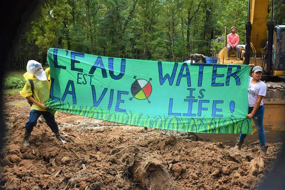 On #SolutionSpotlight today we amplify the ceaseless spirit, protests, and direct actions of #nobayoubridge Water Protectors as ETP recently halted pipeline construction over private property rights @NoBayouBridge #StopETP #WaterIsLife solutionspotlight.tumblr.com/post/178254161…