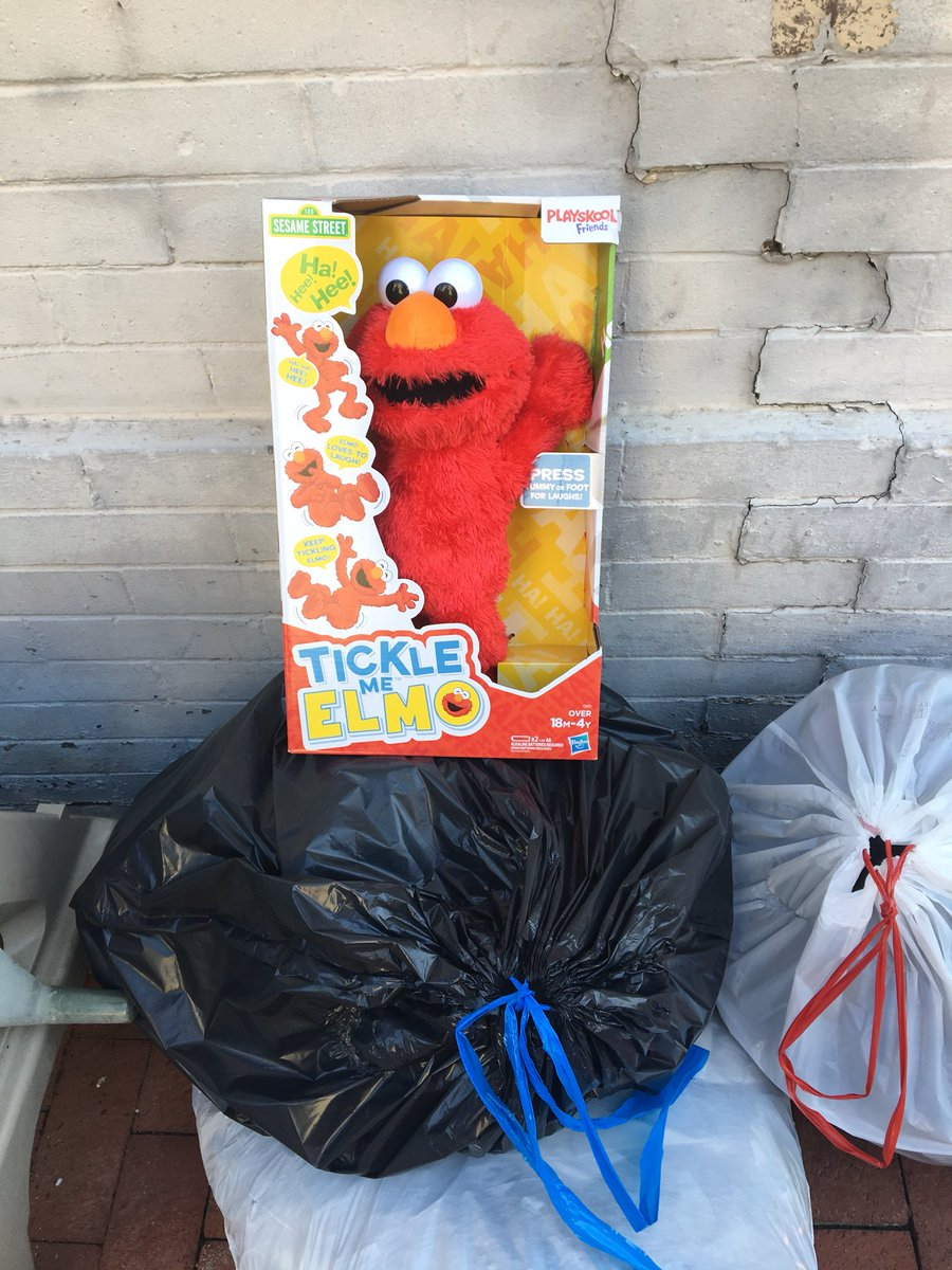 How the mighty fall from grace. #poorelmo #elmo #ticklemeelmo @elmo<br>http://pic.twitter.com/rU8lOTbEoK – à Metro stop- D6 - P & 20th ST NW