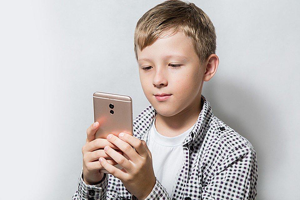 В интернете набирает силу новый флешмоб — «Позвони родителям». Школьники звонят своим мамам и папам, чтобы сказать им одну простую вещь — «Я тебя люблю». И записывают первую реакцию родителей. Посмотрите, что из этого вышло: https://t.co/Dr8kwFBPPI