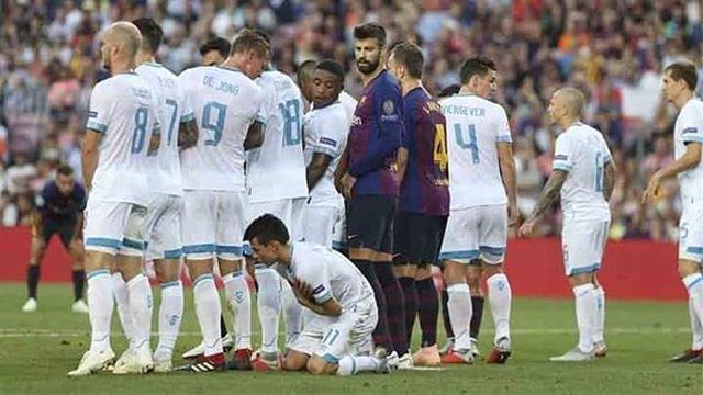 La technique de Hirving Lozano pour tenter de contrer le coup franc de Lionel Messi durant FC Barcelone - PSV.  Ce dernier finira sa course dans la lucarne...