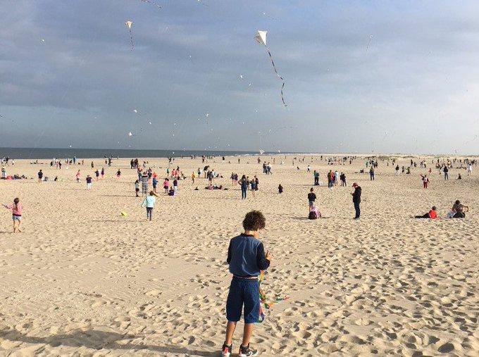 Vliegerfestijn voor kinderen op het strand https://t.co/s3ZD6wTgIu … https://t.co/aSse3lhGCv