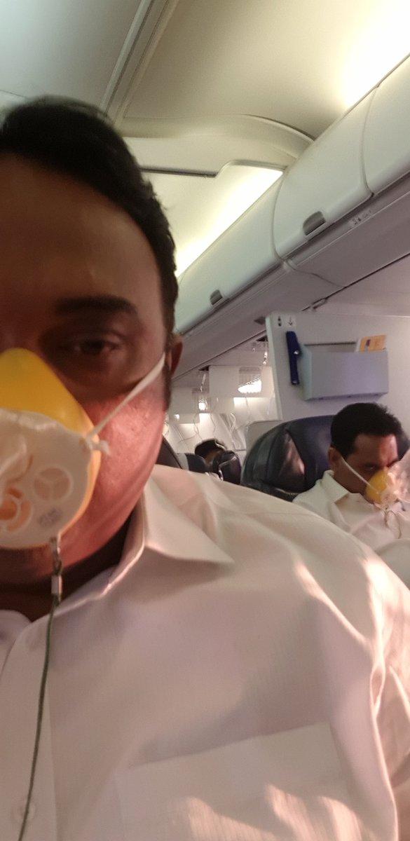 Seorang penumpang membagikan foto dirinya saat berada di penerbangan dari Mumbai menuju Jaupur.