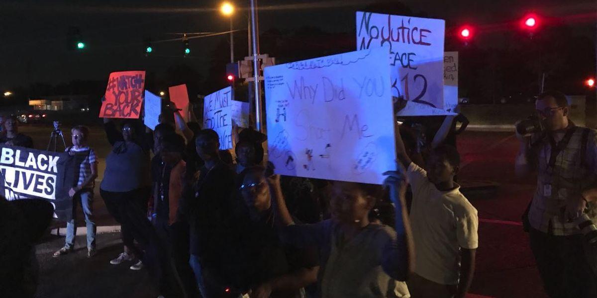 Protesters gather outside MPD Airways precinct #wmc5 >>https://t.co/JIXnEHCGn3