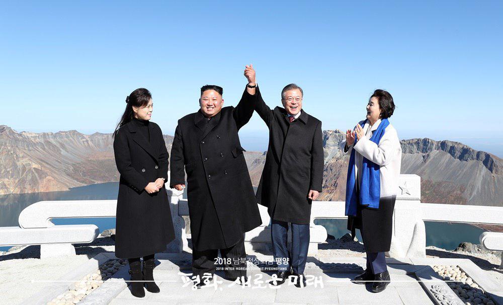 문재인 대통령과 김정은 위원장이 백두산 정상 장군봉에 올랐습니다.  손을 맞잡고 들어 올린 두 정상! 남과 북이 함께 걸어갈 평화의 길을 기대해봅니다.