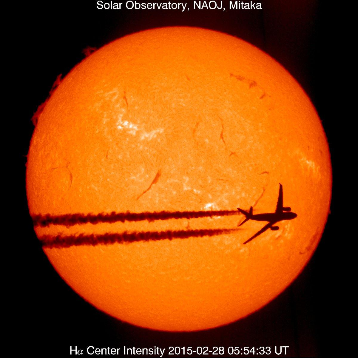 太陽フレア望遠鏡で観測をしていると、まれに何かが太陽の前を通り過ぎていく写真が撮れます。これまでに撮影されたものの中から、ベストショットと思う1枚を紹介します。2015年2月28日に撮影された旅客機の太陽面通過です。 #空の日