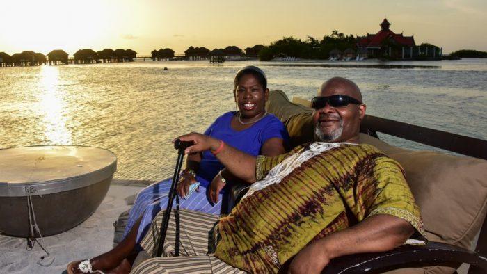 230 étudiant·e·s de Bristol ont récolté 1690€ pour offrir des vacances à Herman, l'agent de nettoyage de leur fac, qui y travaille depuis 12 ans. 🙌  Il a ainsi pu rendre visite à sa famille en Jamaïque qu'il n'avait pas revue depuis 10 ans et célébré ses 23 ans de mariage. 😍