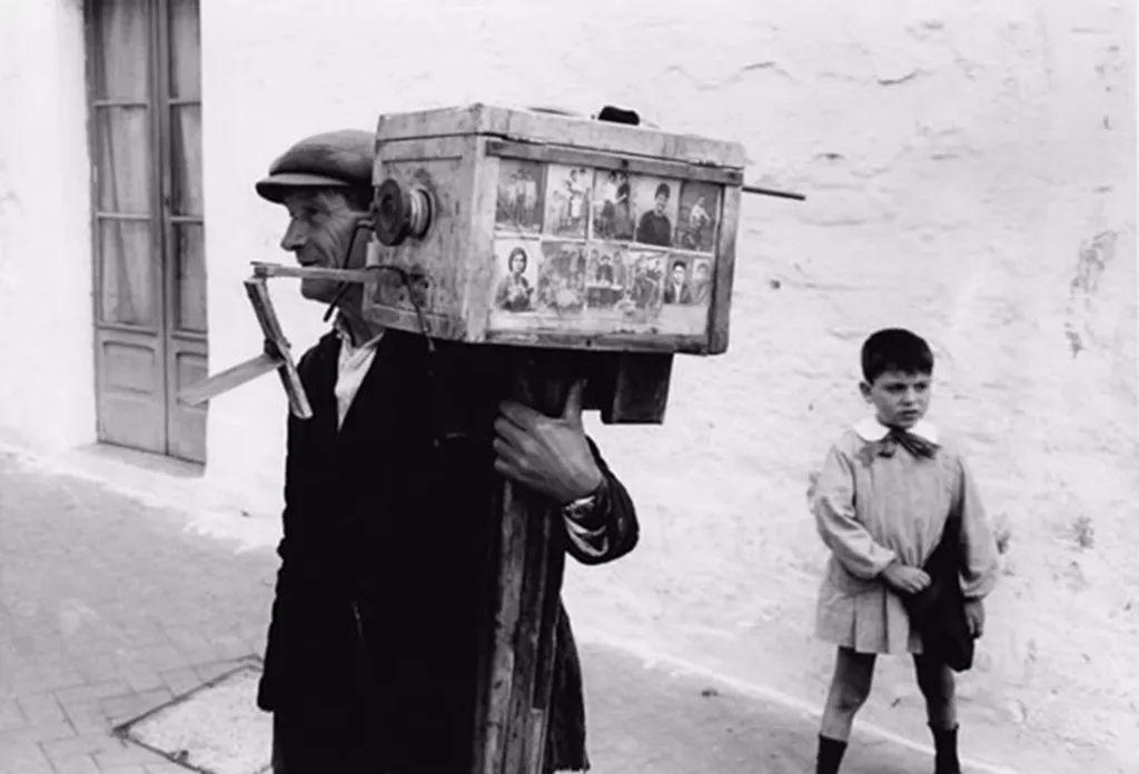 Street photographer, Apulia, 1966 © Gianni Berengo Gardin