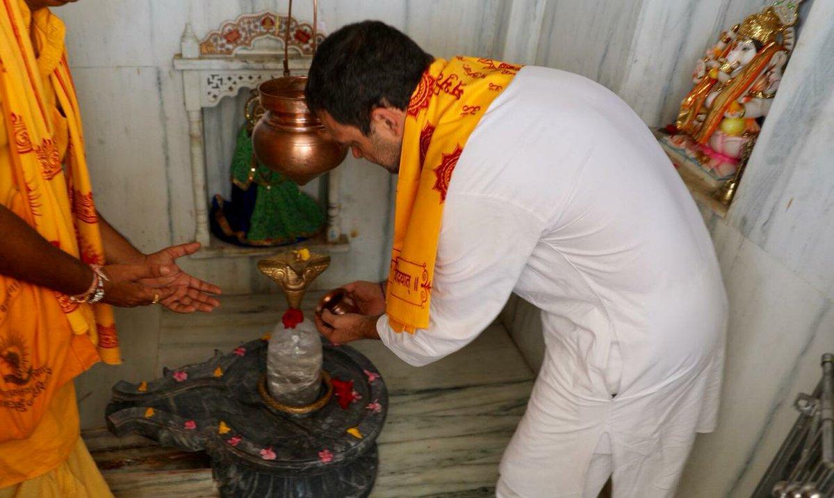Congress President @RahulGandhi visits the Gayatri Mandir, Sagwara #AapnoRahulGandhi