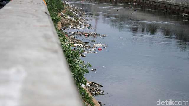 Potret Sampah di Pinggiran Ciliwung Saat Surut https://t.co/hz3q8UN2Ll via @detik_foto https://t.co/Zo6di1vEAd