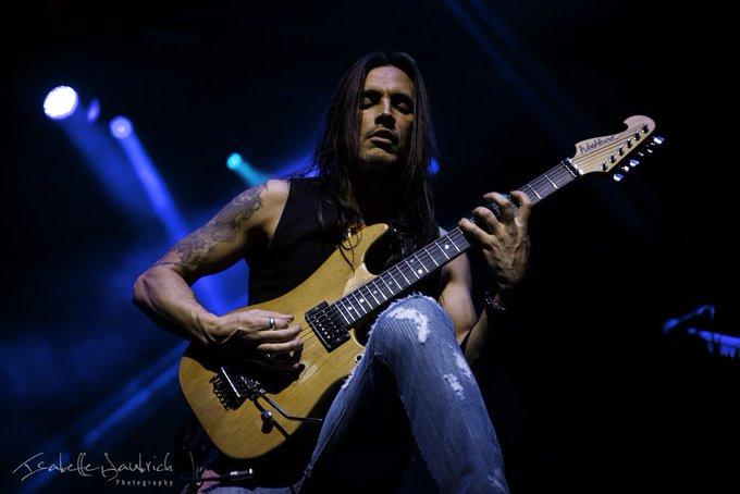 Happy 52nd birthday to the amazing guitar hero Nuno Bettencourt !