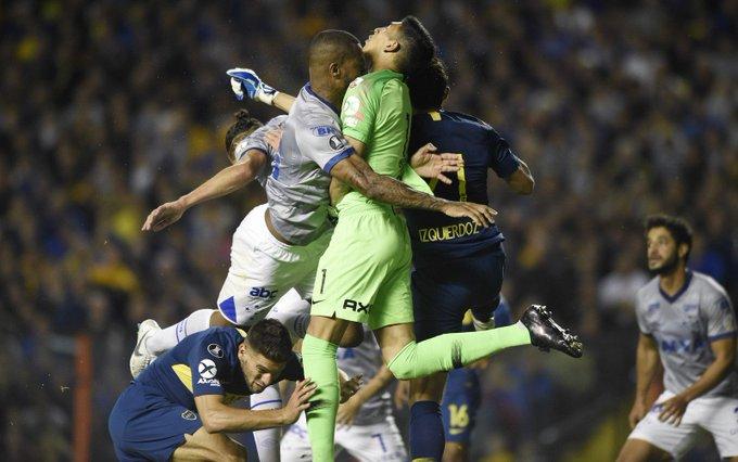 #98Esportes | O choque de cabeça entre Dedé e Andrada, que levou à polêmica expulsão do zagueiro, causou uma fratura no maxilar inferior do goleiro que segue internado em Buenos Aires. 📷AP Foto