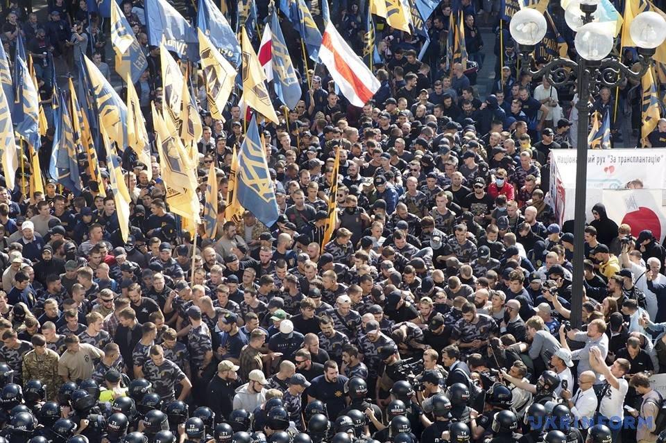 Добровольці-іноземці, які прикували себе наручниками, вирішили припинити акцію протесту під АП: у Раді пообіцяли розглянути законопроект про спрощення отримання громадянства - Цензор.НЕТ 9920