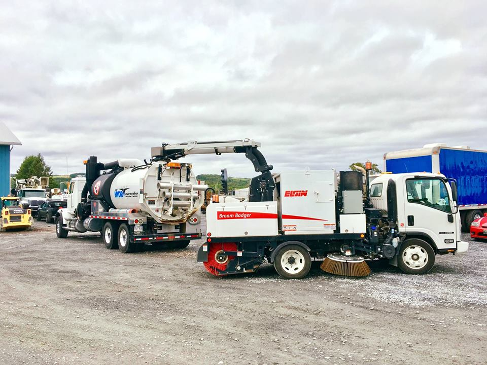 """Elgin Sweeper on Twitter: """"A @JoeJohnsonEquip demo with the Broom Badger and a @vactormfg HXX unit! This sweeper has a compact wheelbase while offering ..."""