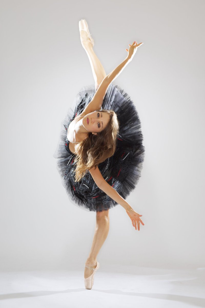 Merrit Moore (@physicsonpointe 👌🏽) couldn't choose between a career as a ballerina or a career as a physicist — so she decided to do both! mala.la/2PT4yGW 🤩🤩