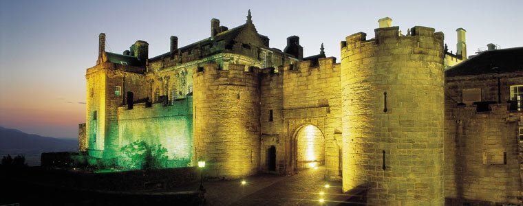 The Green Lady #Ghost Of Stirling Castle.    She appears in a green mist. A maid to Mary Queen of Scots,  she dreamed the queen was in danger. She ran to the queen's bedchamber to find the bed curtains on fire.  She awoke the queen but died saving her. <br>http://pic.twitter.com/OmhFeJGYsC