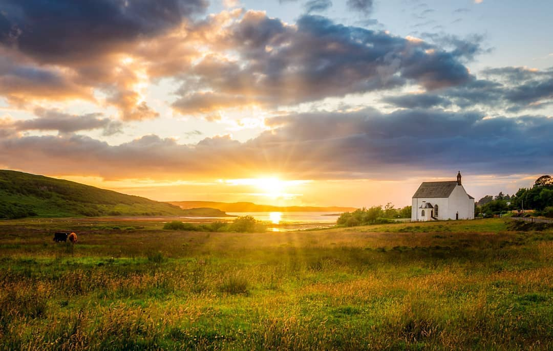 How about a sunset on the #IsleofSkye for a view to end the day?�� #ScotlandisNow �� https://t.co/9kXBK2Zvrm https://t.co/8yY3CABofr