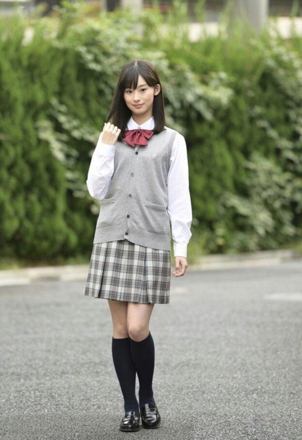 制服を着ている井本彩花