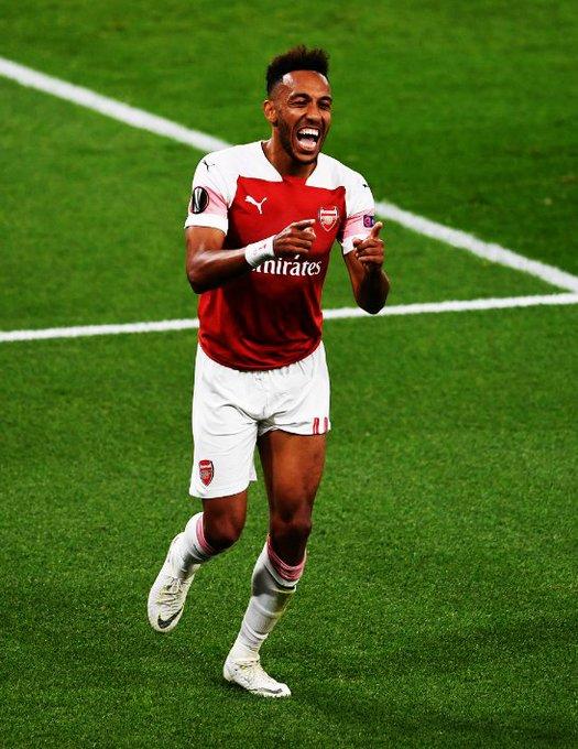 Pierre-Emerick Aubameyang con la camiseta del Arsenal: ➔ 13 goles. ➔ 4 asistencias. ➔ 20 partidos. ➔ Convirtió en Premier League y UEFA Europa League. RESPONDIENDO. Photo
