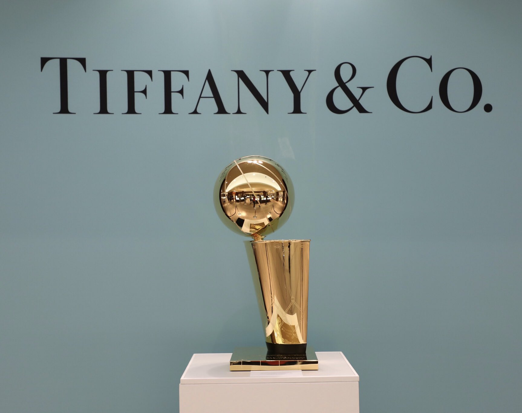 We're at @TiffanyAndCo for the unveiling of the #Rockets '94 & '95 championship trophies. ���� https://t.co/xFfdl8C2Kq
