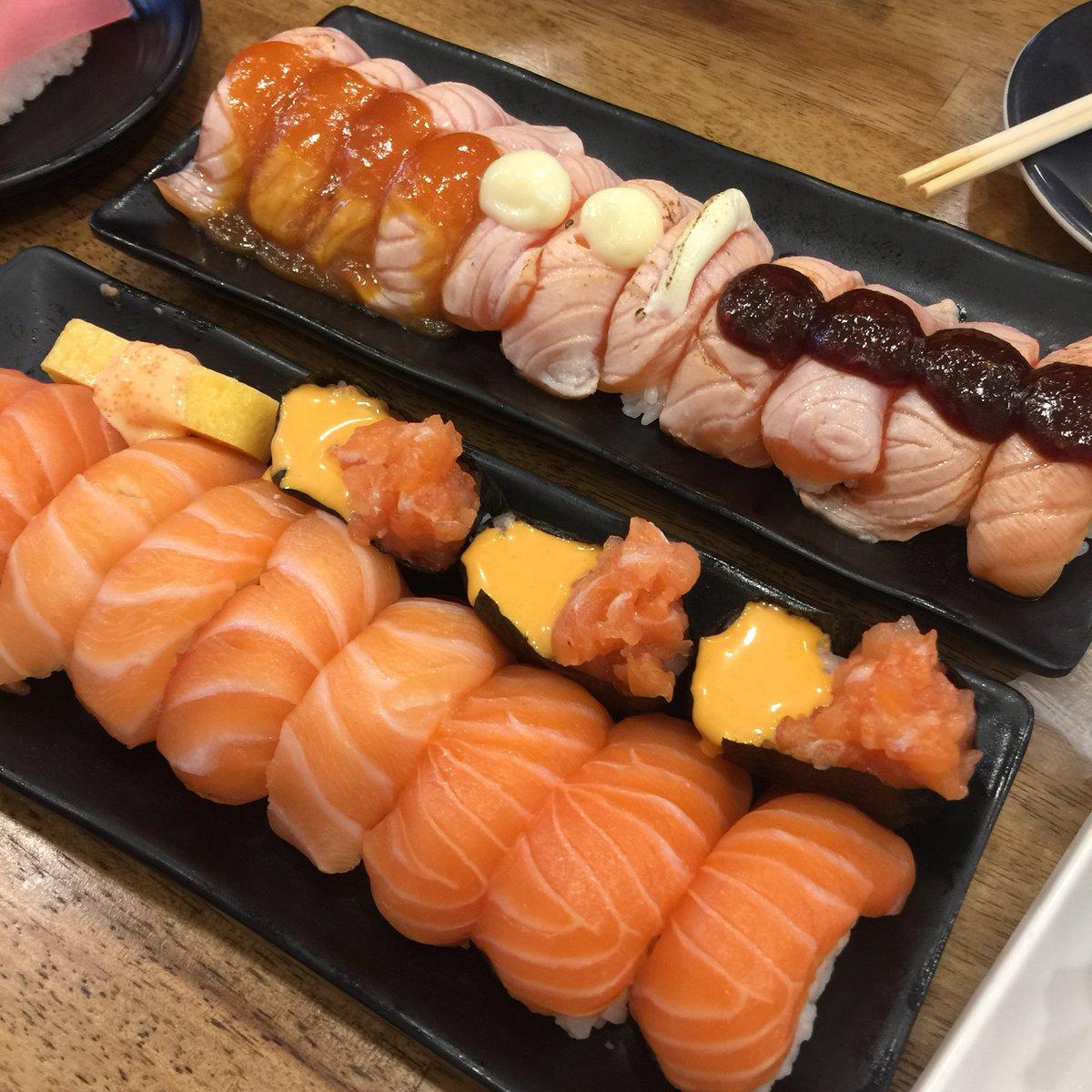 และนี่คือร้าน ' ShinkanZen Sushi ' ไปกินโปรคำละ 11฿ บ้าบวออออ ม่อนเป็นอะฮรืออออออ กินจนว่ายน้ำได้ 🍣✨💕 ตอนนี้หมดโปรละ เขาจะย้ายโปรไปตามสายาเรื่อยๆ (ปกติก็คำละแค่ 17-19 บาทเอง)