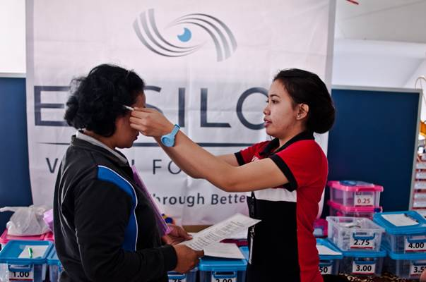 In Indonesia, @Essilor Vision Foundation, has screened 260 people and equipped 200 with free glasses. For many beneficiaries, this was the first time they had their eyes tested. The simple step of getting equipped with glasses still remains beyond the reach of many individuals. https://t.co/t8mL2UfQrp