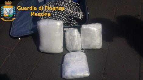 Sei chili di droga nei bagagli dei passeggeri sbarcati in Sicilia, arrestati due corrieri a Messina - https://t.co/bvIy8Qrk3p #blogsicilianotizie