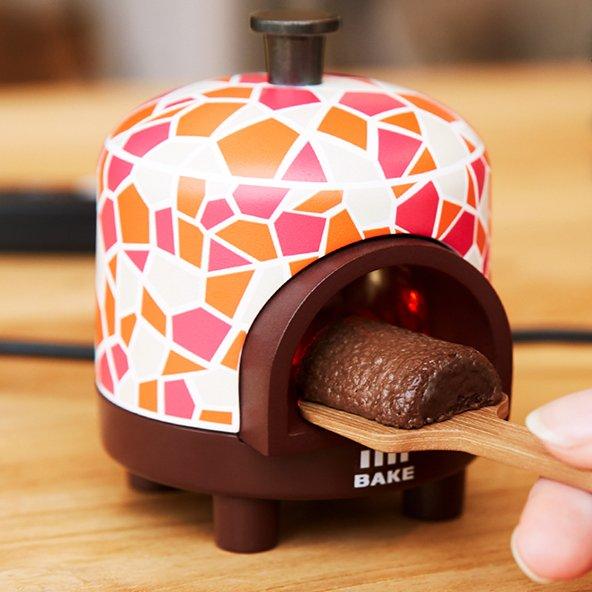 【担当者に聞く】BAKE専用「ひと粒窯」、「焼きたてが最強にうまい説」を耳にして企画 https://t.co/2P9jcXroxs  仕事の合間に食べるシーンをイメージして電源はUSB接続に。手軽に楽しめるように開発したという。