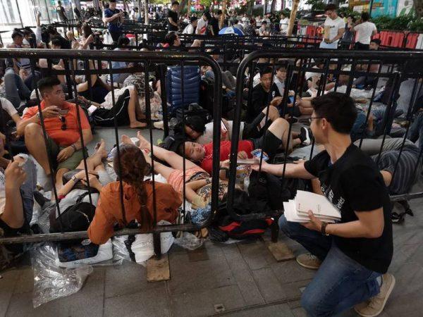 A l'occasion de la sortie des iPhone XS et XS Max aujourd'hui , Huawei a été distribué aux personnes présentes faisant la queue à Singapour 🇸🇬 ... des batteries externes 🔋 😅