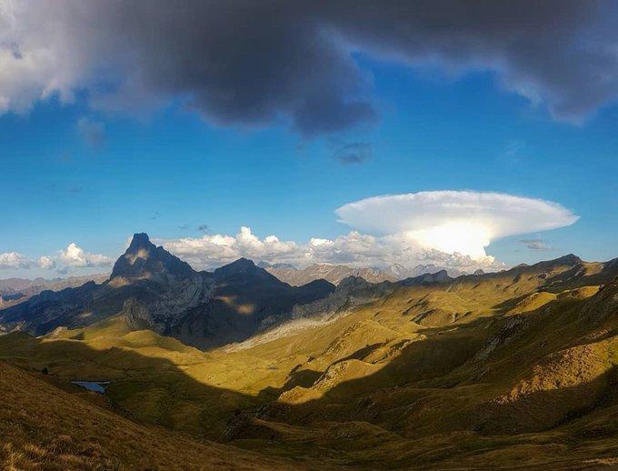🙌🌩🌅Frappe Nucléaire orageuse derrière le Pic du Midi d'Ossau hier 😉🙌 📷 @deividsabi merci #pyreneesatlantiques #pyrenees #picdumididossau #orage #orages
