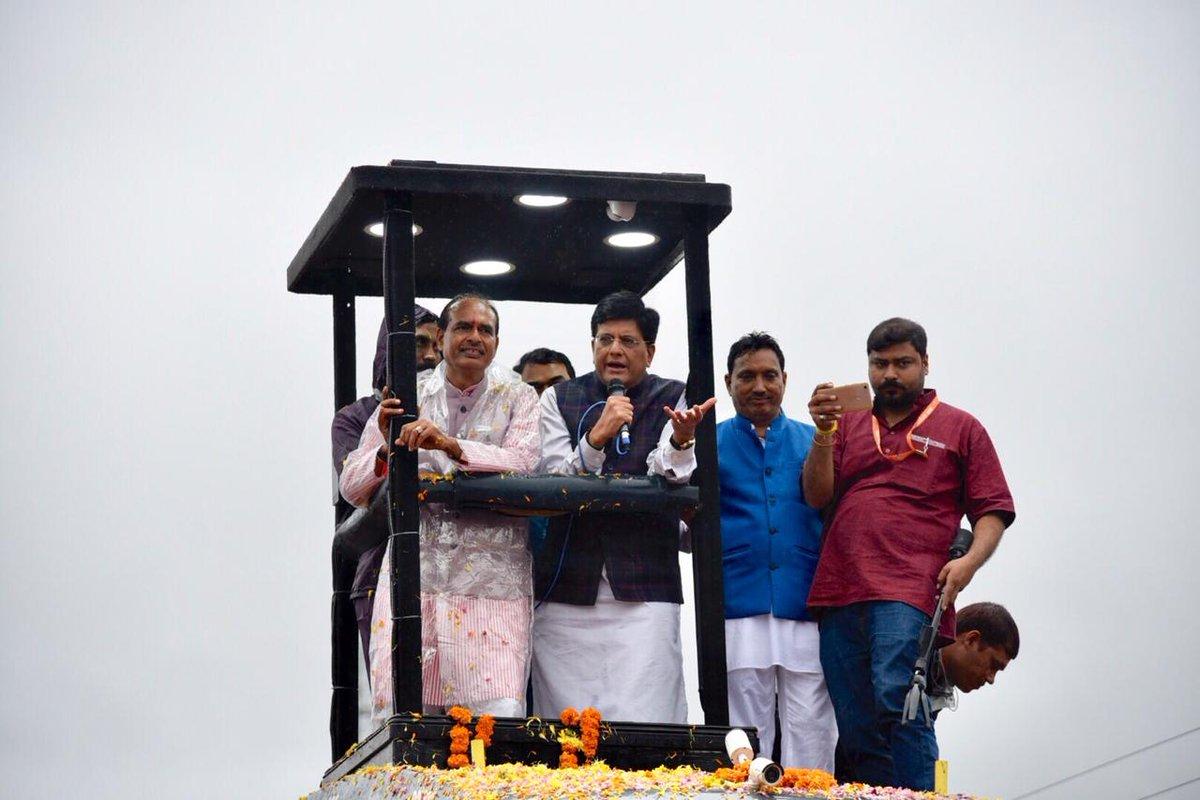 मुख्यमंत्री @ChouhanShivraj जी के साथ छिंदवाड़ा, मध्य प्रदेश में 'जन आशीर्वाद यात्रा' में लोगों का उत्साह एवं समर्थन देख एक बार फिर राज्य में भाजपा की जीत निश्चित है।