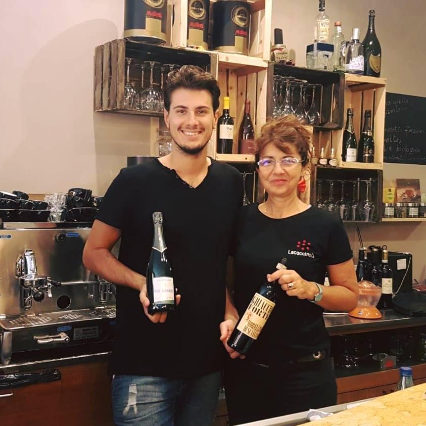 Paola, dopo un lavoro come impiegata per 30 anni, ha deciso di dedicarsi alle sue passioni: #ristorazione e #ospitalità. Eccola nel suo nuovo wine bar di Cremona con il figlio Emanuele. #BandoBemystore #imprese #coraggio #GoodNews  - Ukustom