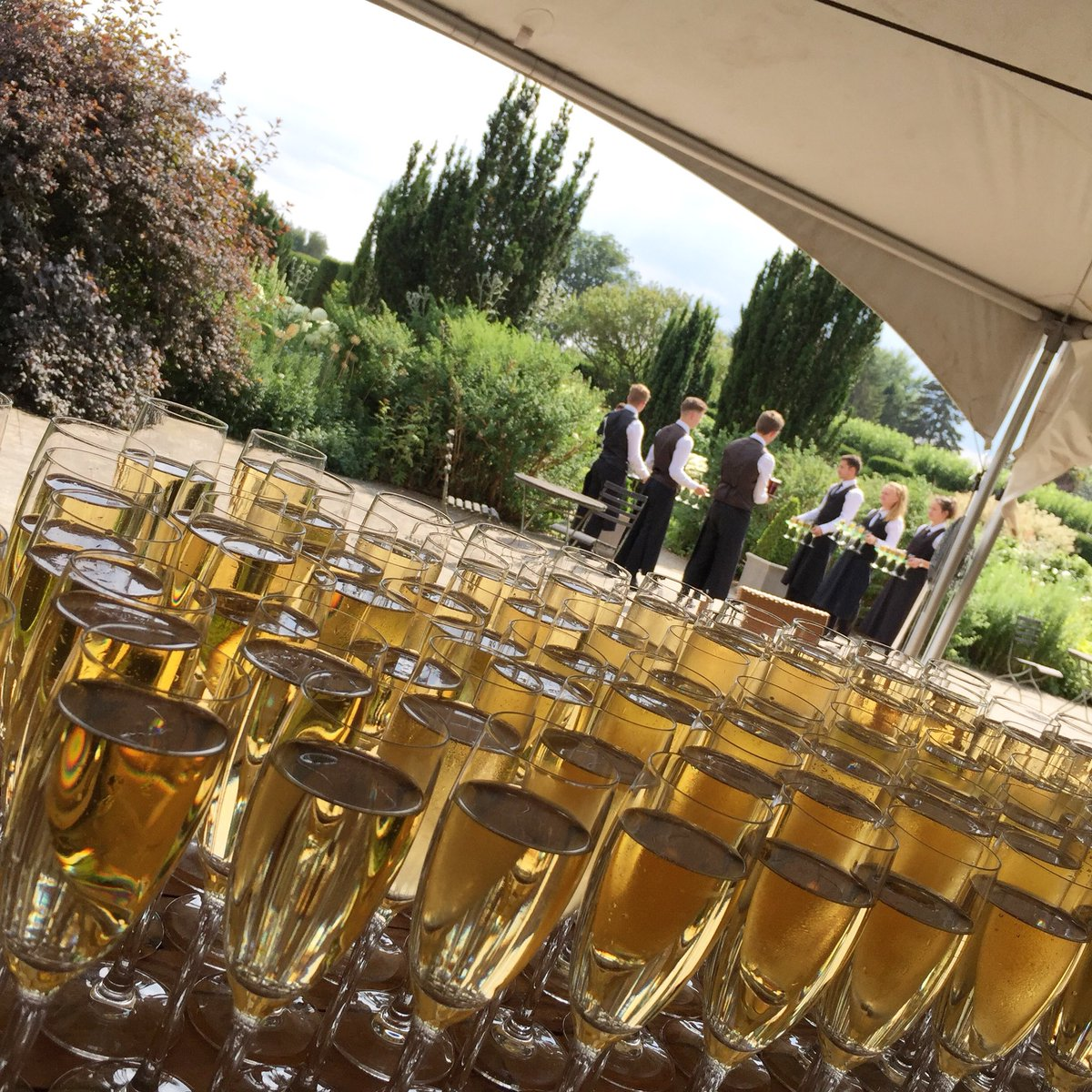 Cheers! Waiting for the guests to make their way to the White Garden for that delicious first glass! #wedding #gettingmarried #drinksreception #weddingvenue #summerwedding #weddingideas