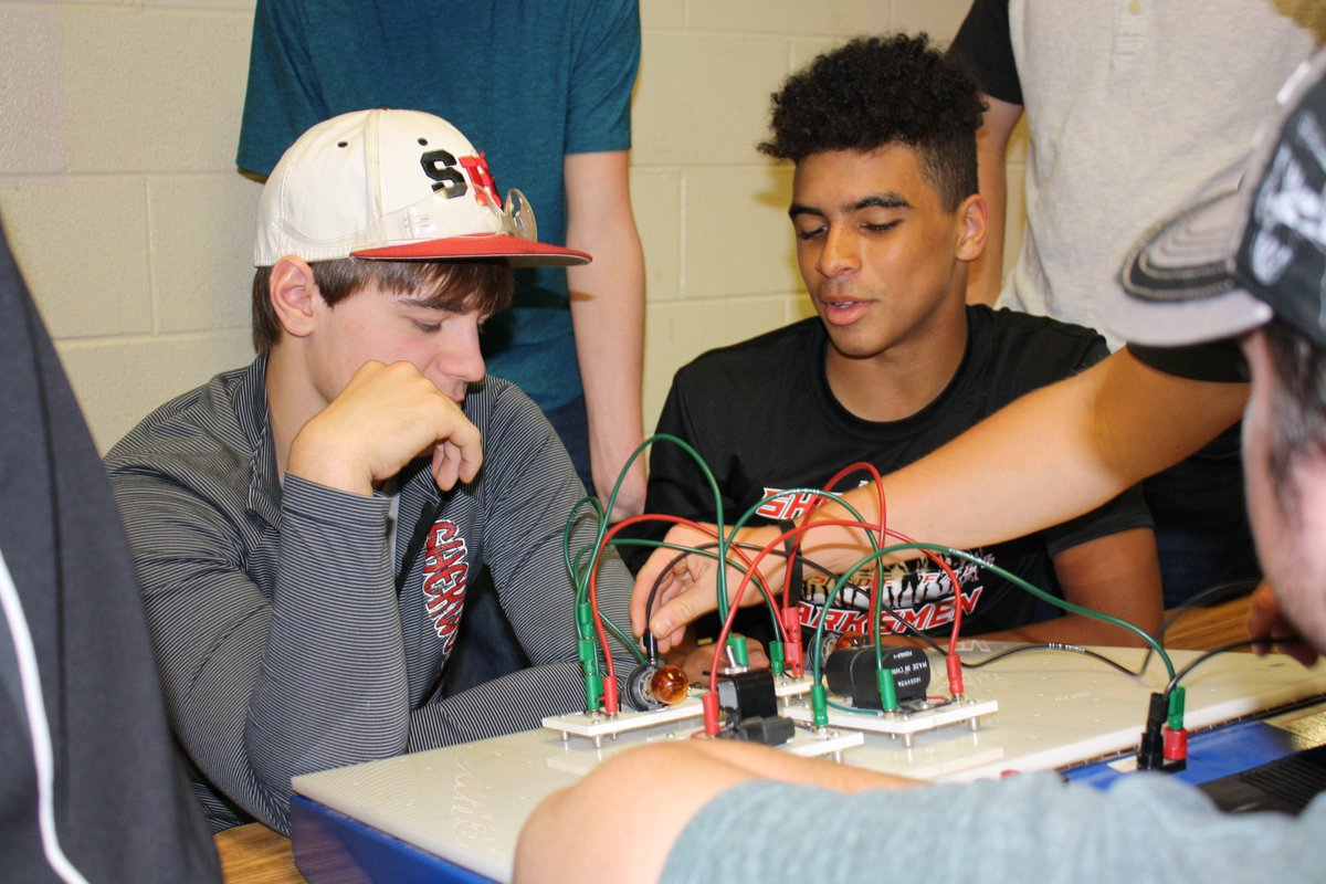 Mr. Stone's Automotive students learn about series-parallel circuits. @ClintonMoCards #futuresobright