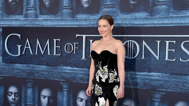 Game of Thrones : Emilia Clarke se fait tatouer en hommage à la série bit.ly/2PYhXxt