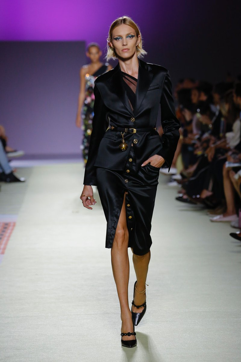 Now live: See all the looks from @Versace Spring/Summer 2019. https://t.co/6zD6S954NT