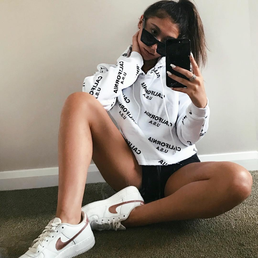 California dreamin' ☁️✨ Shop the 'white california cropped hoodie' here: https://t.co/6ZxPGv85u8  (📸: nadiyekillick) #babesofmissguided