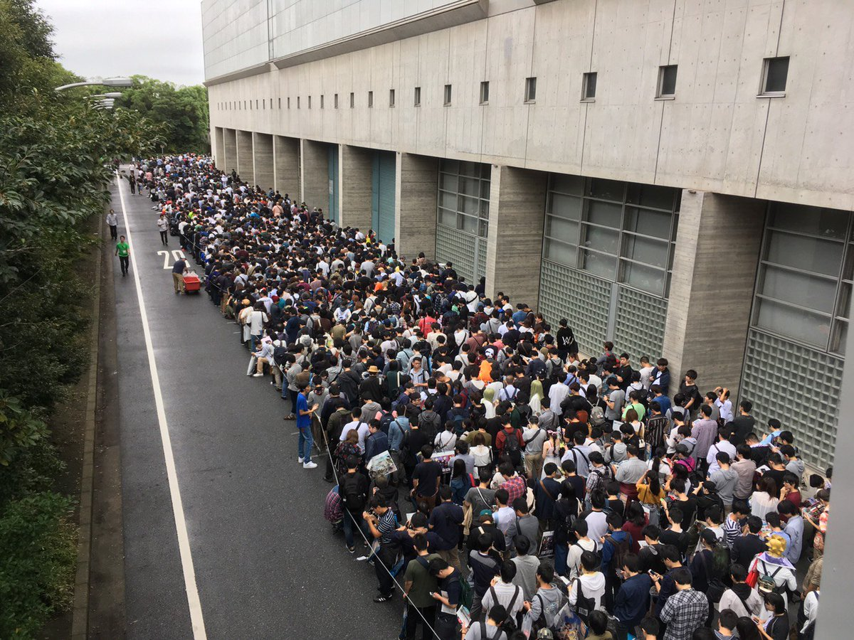 おはようございます!  東京ゲームショウ2018 一般デー1日目です! すでに待機列が長蛇に。  外の気温は20℃と肌寒いですが会場内は暑くなりますので、熱中症にはご注意ください。  セガゲームスブースの情報は以下を御覧ください。 https://t.co/s535nCnQzb  #セガTGS2018 #TGS2018
