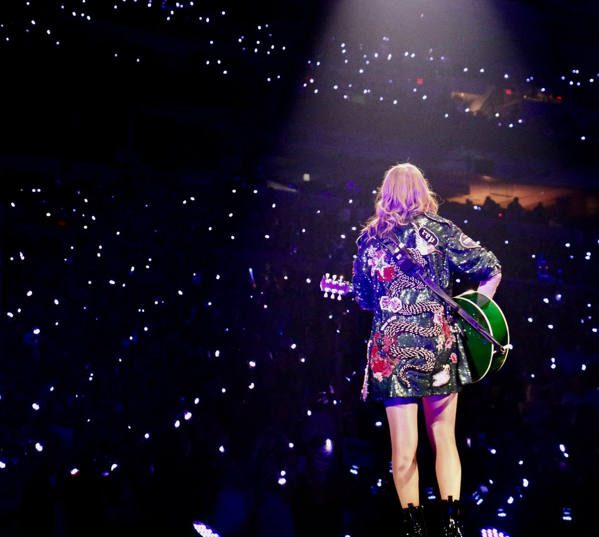 RETWEET to vote for @taylorswift13 for #AMAs Tour Of The Year! 💃